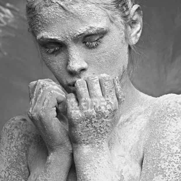 11672053-retrato-de-una-hermosa-nina-en-la-escarcha-en-la-cara-sobre-un-fondo-azul-hielo-copia